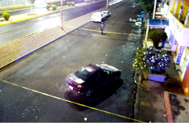 Tras persecución aseguran vehículo robado
