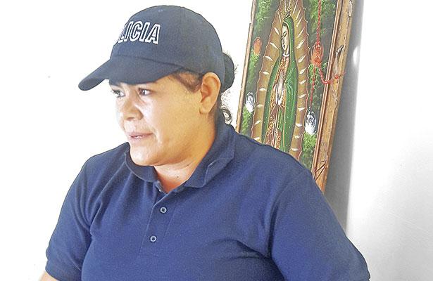 Una mujer policía cuida a Jiménez del Téul