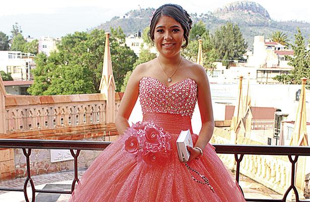 Feliz, Sonia Minerva celebró sus XV años
