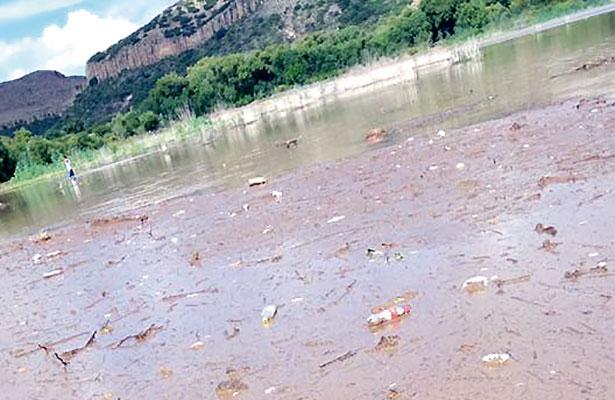 Contaminan con desechos clínicos presa del Capulín