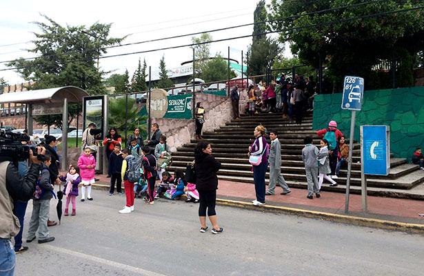 Incumplen autoridades; protestan padres