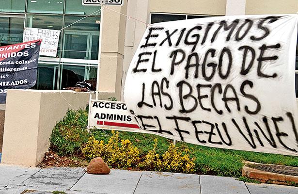 Escuelas, culpables de que no paguen becas