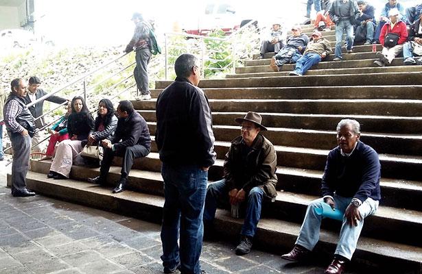 Mantienen trabajadores plantón en Sinfra