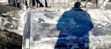 Encuentran bolsas con restos humanos en vehículo incendiado