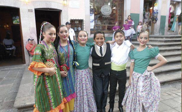 Bailan para difundir las tradiciones mexicanas