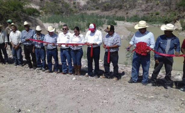 Inauguran bordo de abrevadero en Huanusco