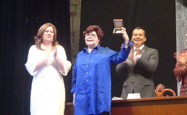 Recibe Elva Macías el Premio Ramón López Velarde