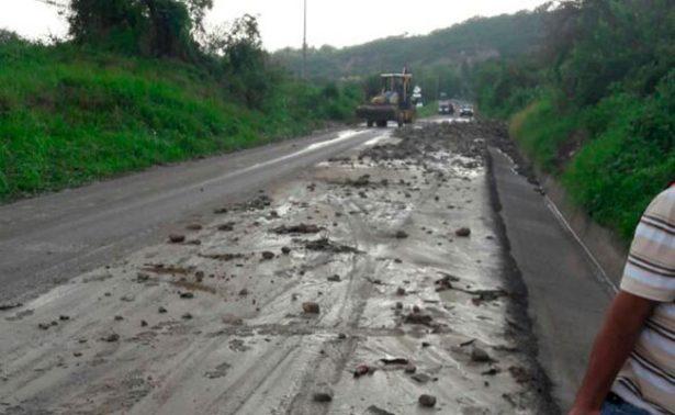 Tromba obliga a reparar carretera en Apozol