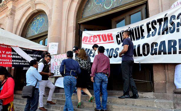 Rectoría extrema medidas; huelguistas cierran el Teatro Calderón