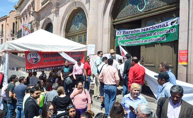 Terminan docentes huelga de hambre; firman acuerdo