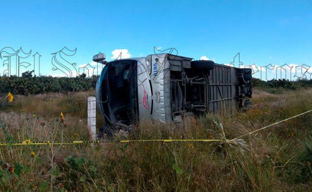 Vuelca autobús en El Sauz; hay dos muertos