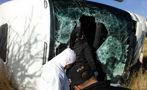 Chocan autobús y carroza; hay seis muertos