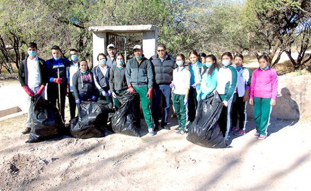 Jóvenes limpiaron balneario Las Pastoras