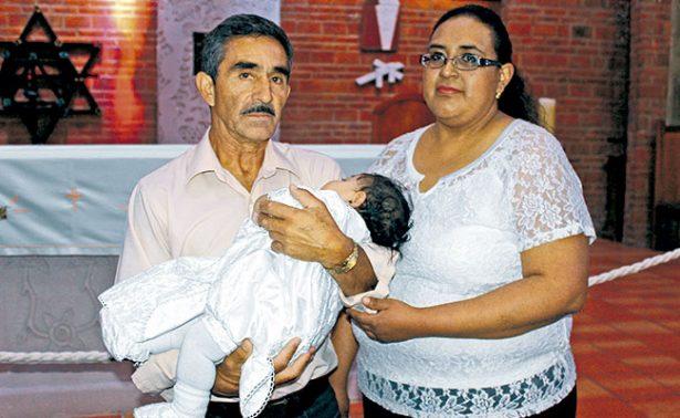 Carlos Aarón recibió las aguas bautismales