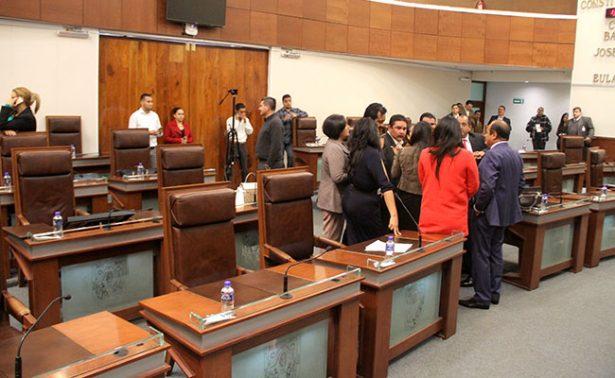 """""""Revientan"""" opositores sesión legislativa de este martes"""