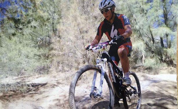 Luis Ávalos se prepara para pedalear en la pista