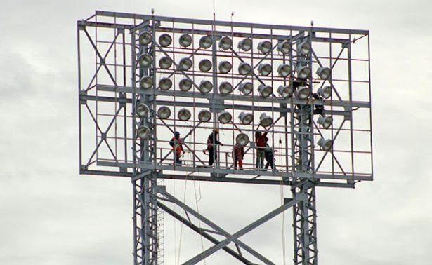 Remueven torres de iluminación del Carlos Vega Villalba