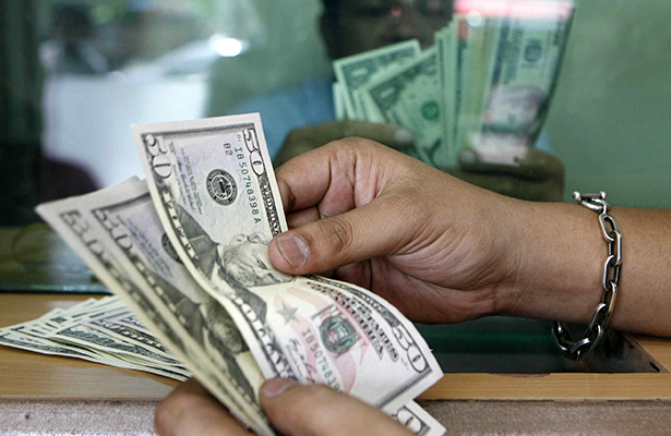 Promedia dólar en 17.62 pesos a la venta en el aeropuerto Benito Juárez