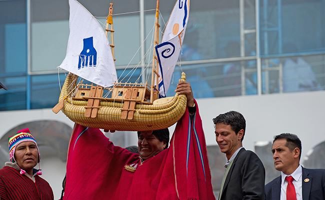 Con ritual despiden a barco hecho de juncos de totora