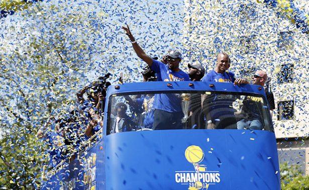 Warriors desfiló ante su afición para festejar su campeonato
