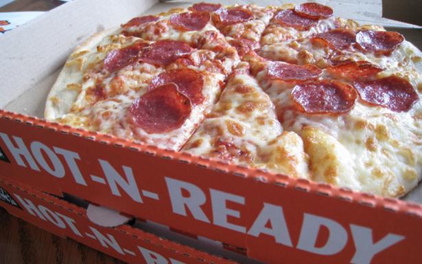 Cierran sucursal de Little Caesars por vender pizzas con excremento de rata