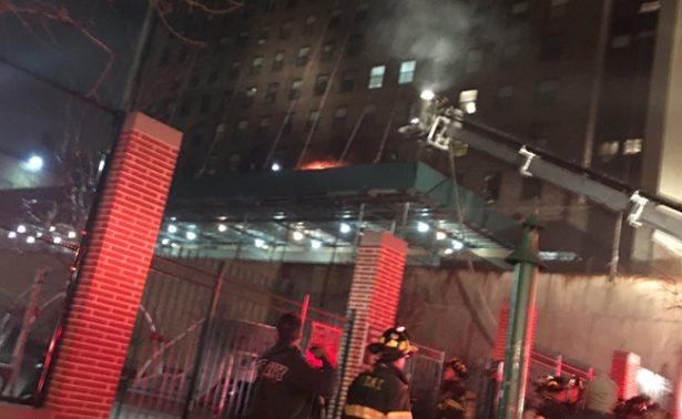 Incendio en edificio de Manhattan deja a 20 personas atrapadas