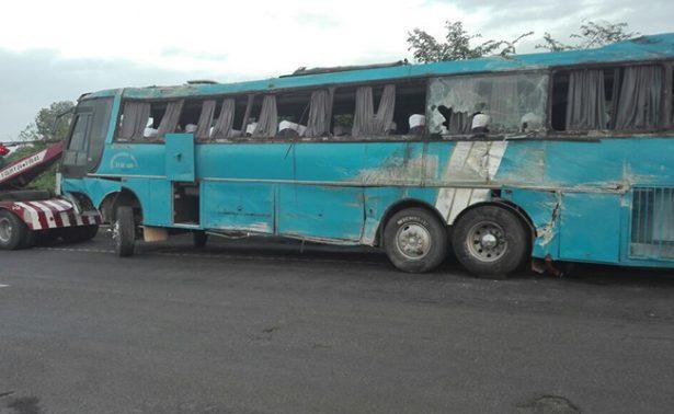 Vuelca autobús en Veracruz con 51 haitianos