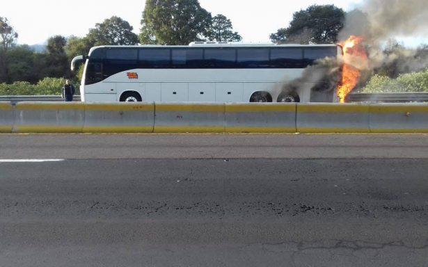 Se incendia autobús de la Sonora Dinamita en la carretera México-Puebla