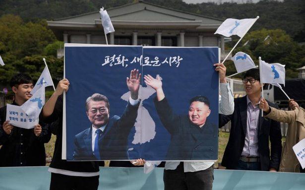 Kim Jong-un estrecha la mano de su homólogo de Corea del Sur, Moon Jae-in
