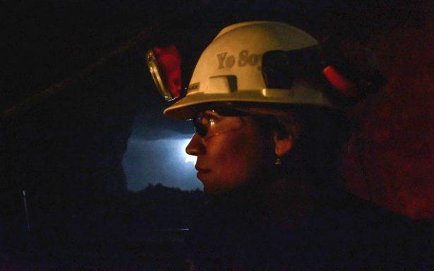A falta de mano de obra masculina, minera emplea a féminas