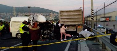 Suman 13 muertos por choque de combi contra tráiler en la México-Pachuca
