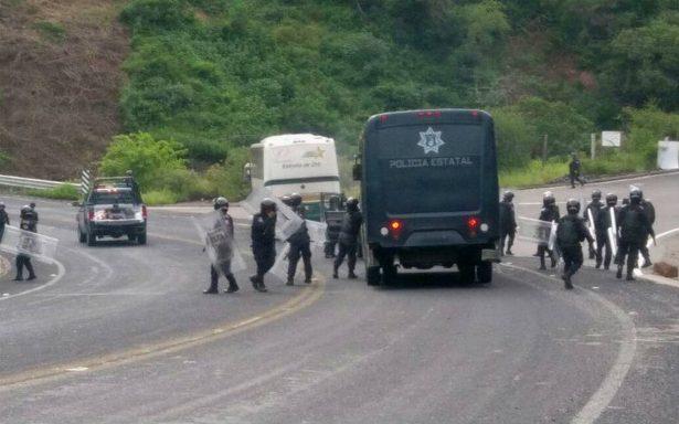 Normalistas de Ayotzinapa roban camiones y retienen a policías