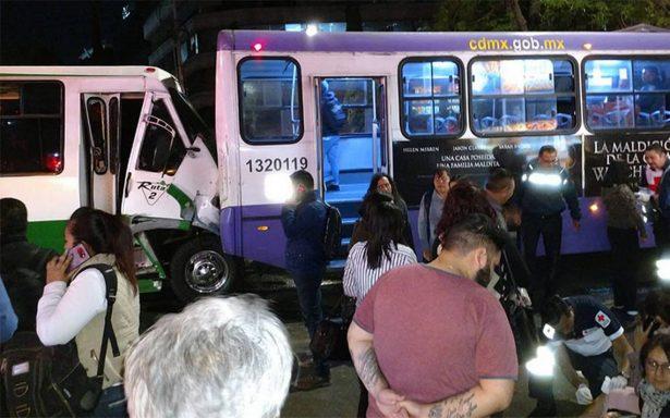 Choque de microbús deja 30 heridos en Reforma