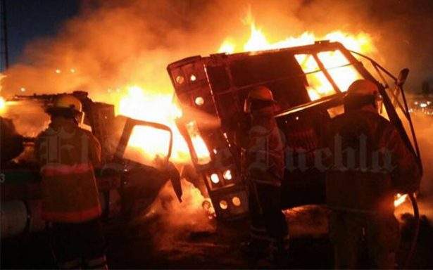 Incendio consume autos en la autopista México-Puebla tras choque