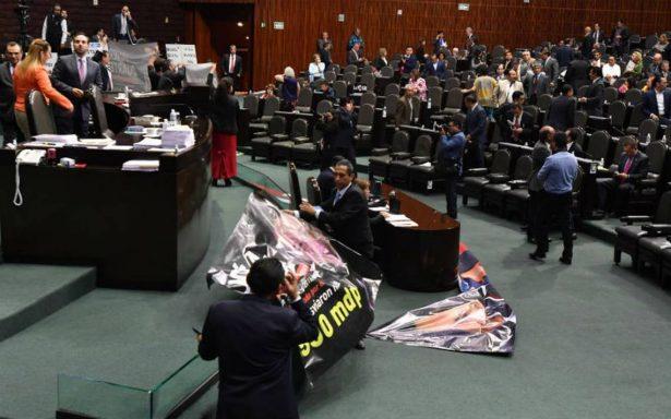 Diputados protestan con mantas por caso Odebrecht en San Lazaro