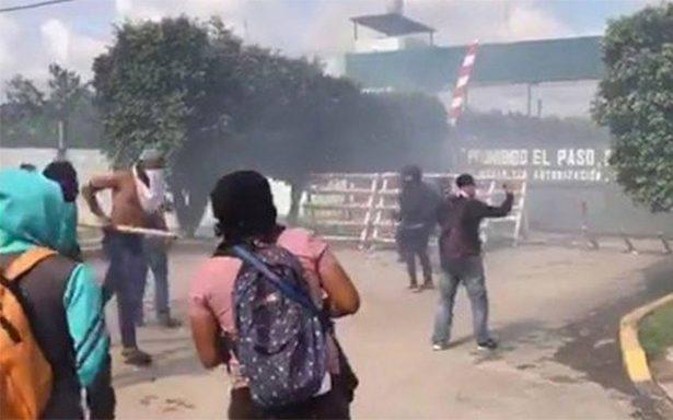 Normalistas vandalizan fachada del Batallón de Infantería en Iguala