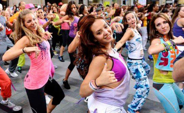 Zumba es una mezcla de ejercicios aeróbicos y bailes latinos. Foto: Ilustrativa