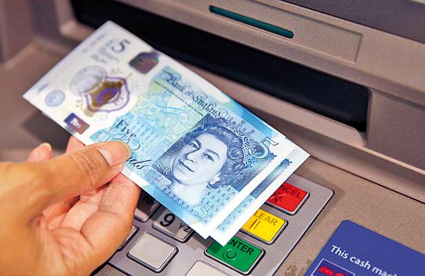 Ante escenario político, libra esterlina cae y dólar se recupera