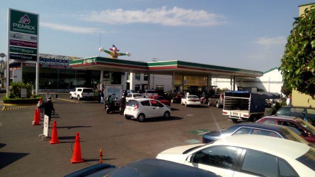 Escasez de la gasolina provoca que  taxistas abusen en costo del servicio