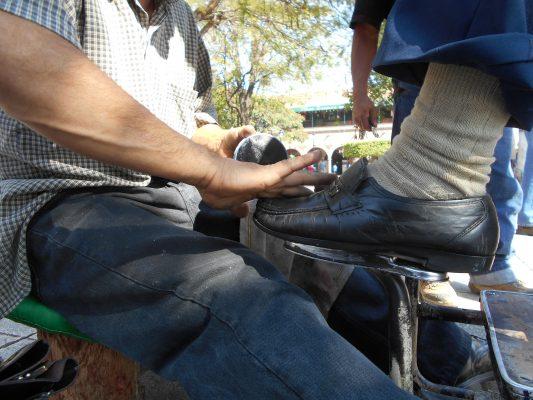 Crece actividad para quienes se dedican a lustrar calzado