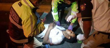 Albañil ebrio es atropellado por auto, viajaba en su motocicleta