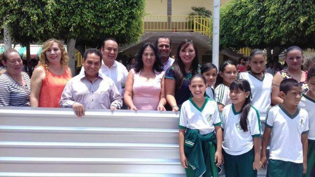 Diputada entrega láminas a familias vulnerables