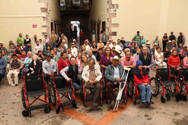 Municipio entrega sillas de ruedas
