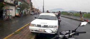 Taxi embiste a motociclista