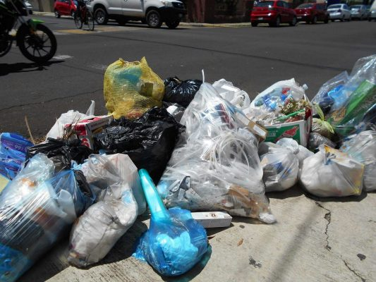 Exhortan a población a no dejar basura en las esquinas