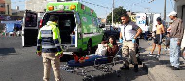 Mujer cae de motocicleta