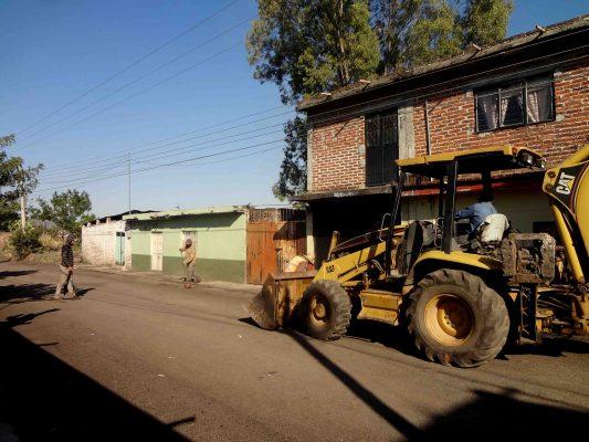 Reparan vialidad en Ario de Rayón