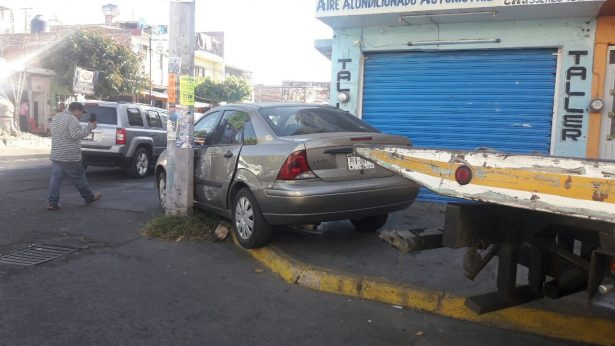 Falla en vehículo provocó colisión