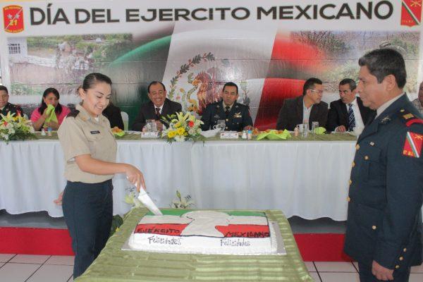 Lugo Godínez asiste a ceremonia del Día del Ejército