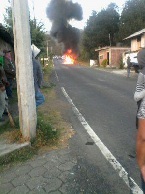 Comuneros de Sevina incendian vehículo